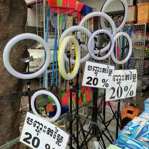 写真ビデオ撮影機材のライトスタンド安い価格で売られています。