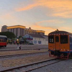 チャレンジ、プノンペン中央駅で夕日の写真撮影です。
