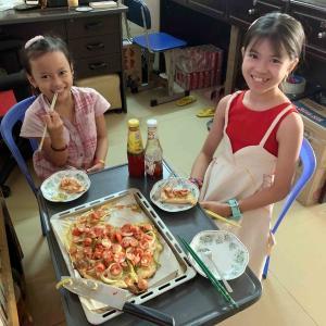 子どもが好きなピザを作ってランチです。