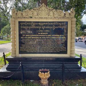 フランス大使館の道路挟んで東側にある公園のメモリアルの碑。