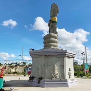 Samrong Bridge の東側のモニュメントです。