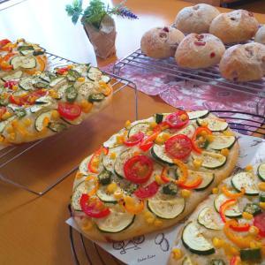 夏野菜のフォカッチャと、クランベリーくるみパン