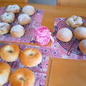 ベーグルと紅茶のパン