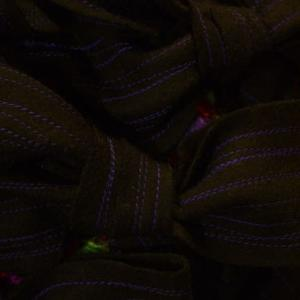 パープルの糸でステッチ