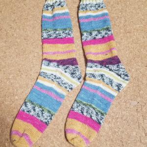できあがった靴下と編み始めた靴下