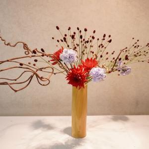 赤いダリアと黄色の器、でも、涼し気な生け花になりました)