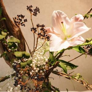 秋なので渋くてオシャレなお花をいけたくなりました