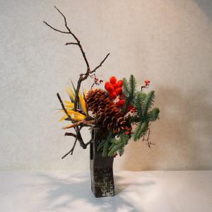 和モダンなクリスマス花を信楽焼のすてきな器に(もみの木)