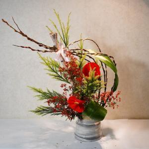 カウンターの花、クリスマスなのでリボンを付けるよう準備したのですが。
