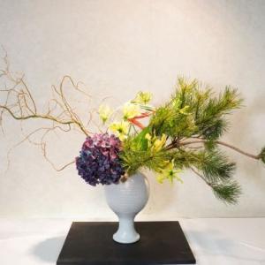 紫の大きなアジサイが魅力手なので、クリスマス花とお正月花に