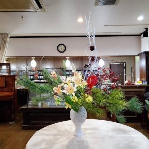 レストランに松を使ってクリスマス花、和洋ですが、ツリーもどきを立てました