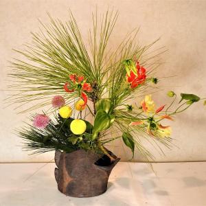 お正月花・大王松(だいおうしょう)をカワイイお花といける