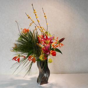 賑やかなお正月花・グロリオーサとユリの色