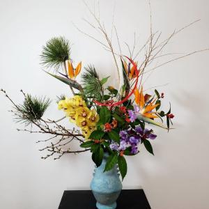 豪華なお正月花(今年初のいけこみは娘の横に飾る花でした~)