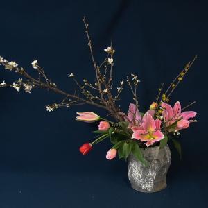 さくら(啓翁桜)が咲き始めましたので、チューリップと飾りました(春のお花)