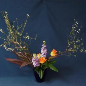 簡単生け花・春のお花をいけよう~(雪柳・紫ストック・オレンジ色のバラ)