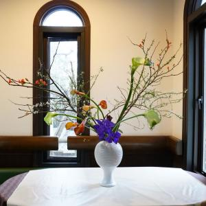 レストランにいける春のお花(オレンジ色。紫色)