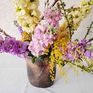 ピンク系のお花をミモザアカシアといける(春の花)生徒さんも春の花