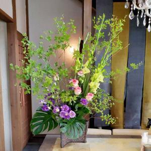 美容室のテーブルと化粧室のお花(どうだんつつじ)