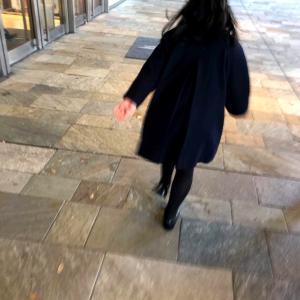 娘が25年越しに着た、私のオーバーコート。