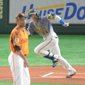 阪神・梅野にアクシデントか 二回の守備に付かず交代 右脇腹を気にするそぶりも