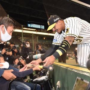 阪神マルテ、ちびっ子ファンにバットプレゼント