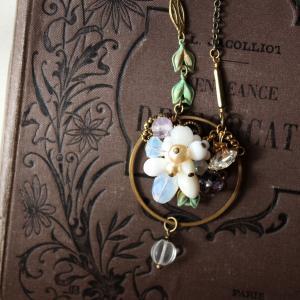 真鍮フープ・ノスタルジックな花束のネックレス・コスチュームジュエリー