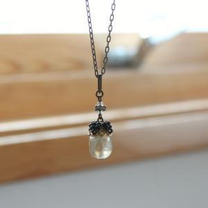 珍しい半透明の、マルベリーみたいなネックレス。