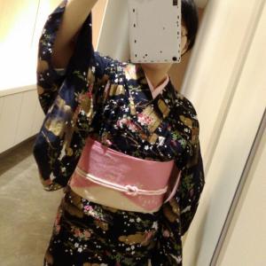 [着物コーデ]ウィンター 黒の単衣にピンクの半幅帯