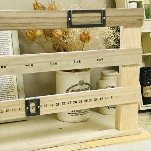 工具不要の簡単DIY! かまぼこ板や100均すのこ板で万年カレンダーが完成