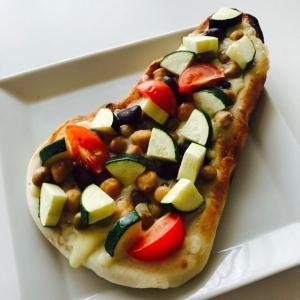 夏野菜とコンソメのオープン ナン サンド