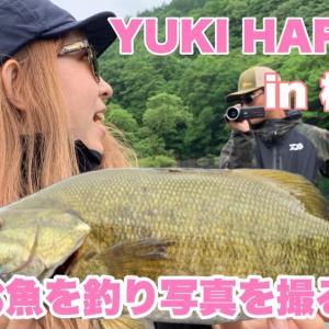 [はらのゆき]お魚を釣って写真を撮る女。