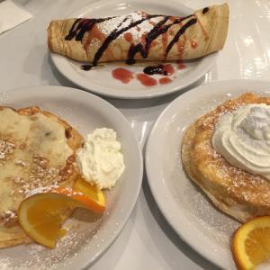 朝はアロハキッチン~ふわふわなパンケーキが有名な店・壁には日本のお店の紹介がっ!!