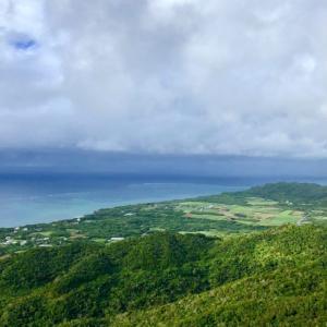 8合目くらいまで車で向かい、10分くらい登ると  石垣島を見渡せる頂上に着きましたー!