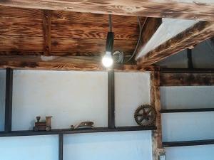 電気と煙突とカンターとカフェ小屋追い込み
