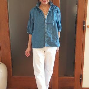 長く着られるデニムシャツは個性的なブラウスタイプで大人可愛く