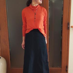 空気を羽織る新体感のエアリーウール|ふわふわオレンジのタートルニットで元気さを