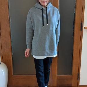 大人が着るパーカーを選ぶ基準は? 生地の厚みとレングス、サイズ感が決め手