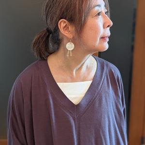 Vネックから魅せるレングス調整可能のキャミソール レフ版効果のホワイトで肌にやさしい綿100%を選ぶ
