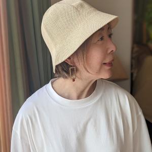 シンプルコーデを引き立てる夏帽子 小顔に見える流行のパケットハットは明るいカラーで