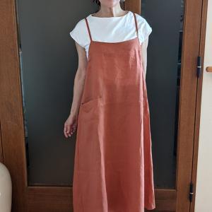 ドゥウクラッセ新発想の麻100%エプロンキャミドレス 着たままお出かけOKな大人可愛いデザイン