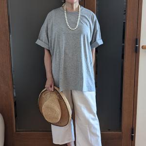 大人の肌に馴染む杢グレーのTシャツ 大ぶりなネックレスとパンプスでエレガントにコーデ