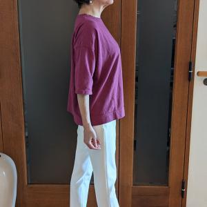 ボディラインを拾わない6分袖のボックスTシャツ 大人可愛いラズベリーで自己完結コーデ