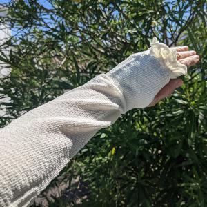 二の腕と肘をおしゃれにカバーする最強グッズ 天然のUVカット素材「ささ和紙」の涼感アームカバー