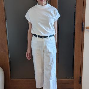 ホワイトパンツのコーデは何を合わせる? 大人の差し色で涼しさと品格をアップ