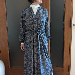 1着で3WAYが楽しめるペイズリー柄ワンピース|無地の服を引き立てるアウターにも!