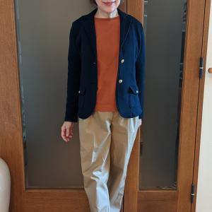 気温が安定しない季節のお助けジャケット|ONにもOFFにも着られる綿ジャージー素材の紺ブレ