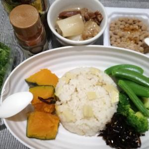 ひとり飯 タケノコご飯と牛スジ煮込み、茹で野菜、納豆