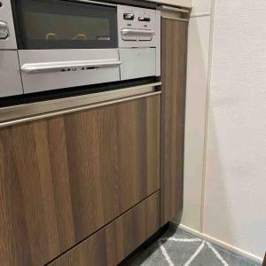 【キッチン収納】コンロ下の縦長収納スペース。