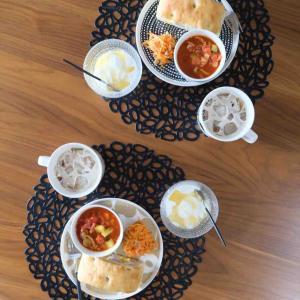 マリメッコウニッコベージュがとっても可愛い!ストウブと北欧食器の食卓